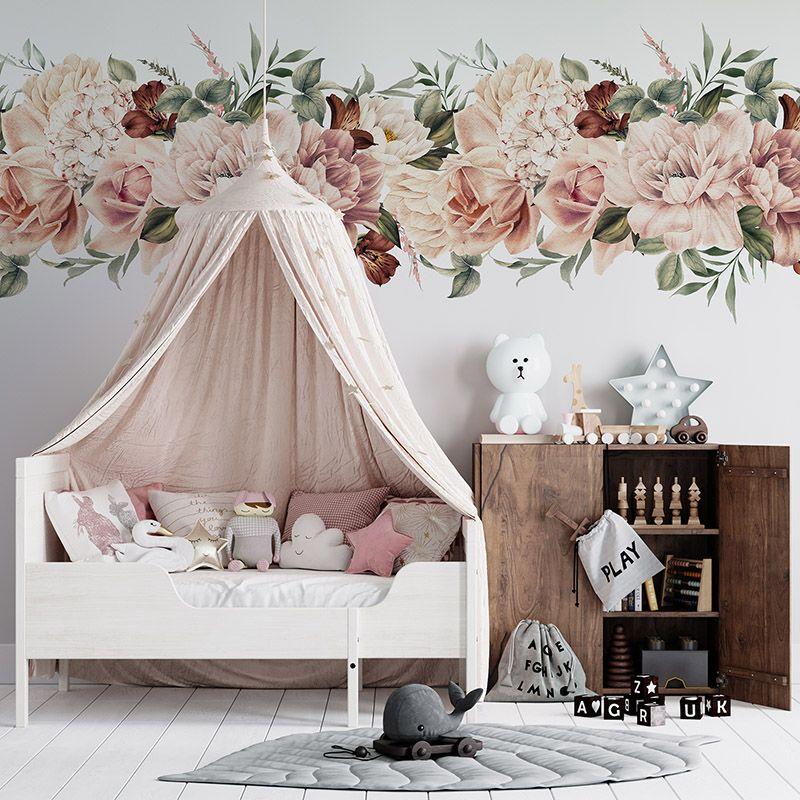 Piękne kwiaty w kolorze morelowym, herbacianym malowane akwarelą na białym tle